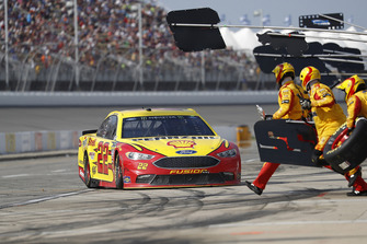 Joey Logano, Team Penske, Ford Fusion Shell Pennzoil, pit stop