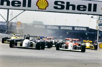Damon Hill et Allan McNish en tête à Silverstone en 1990