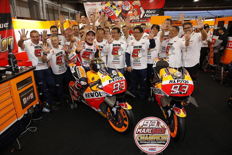 Marc Marquez bersama kru Repsol Honda Team