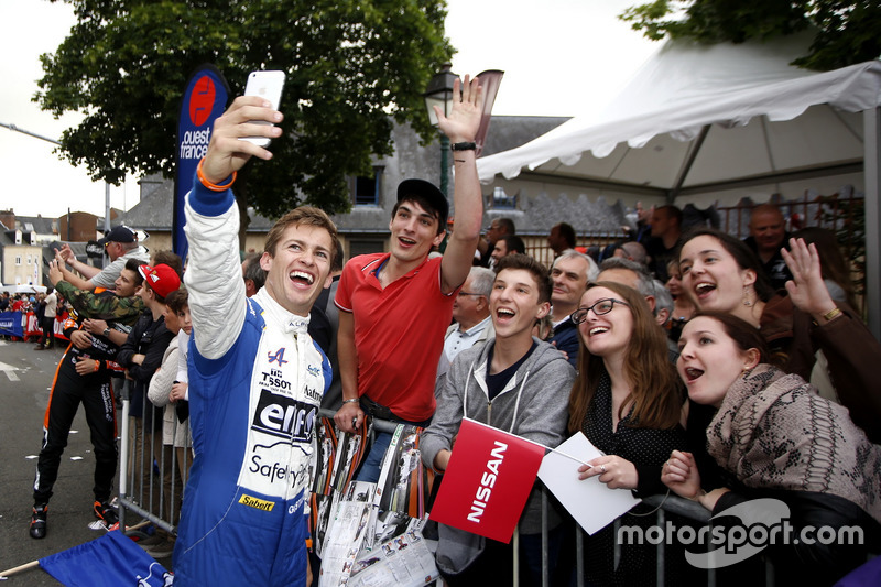#36 Signatech Alpine A460: Gustavo Menezes with fans