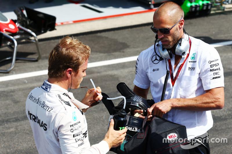 Nico Rosberg, Mercedes AMG F1 con Daniel Schloesser,  fisioterapista Mercedes AMG F1 ai box mentre la gara è sospesa