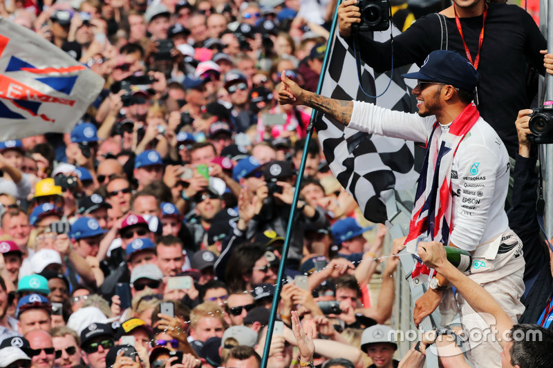 Il vincitore della gara Lewis Hamilton, Mercedes AMG F1 festeggia con i tifosi