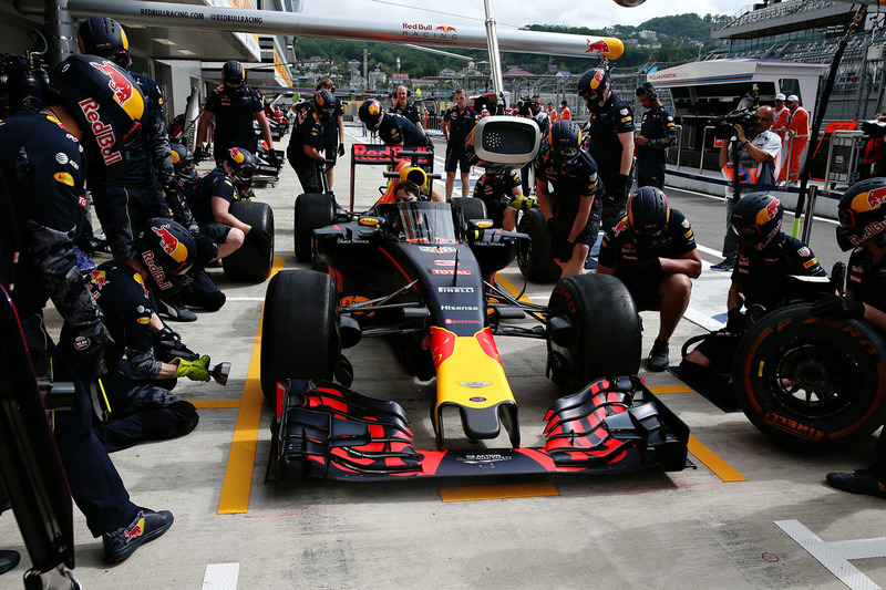 Daniel Ricciardo, Red Bull Racing RB12 met het aeroscreen in de pits