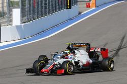 Romain Grosjean, Haas F1 Team VF-16 ve Sergio Perez, Sahara Force India F1 VJM09