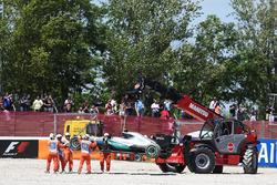 Машина Mercedes AMG F1 W07 Hybrid сошедшего с гонки Нико Росберга, Mercedes AMG F1 убирают из гравийной ловушки