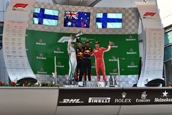 Racewinnaar Daniel Ricciardo, Red Bull Racing, tweede plaats Valtteri Bottas, Mercedes-AMG F1, derde plaats Kimi Raikkonen, Ferrari