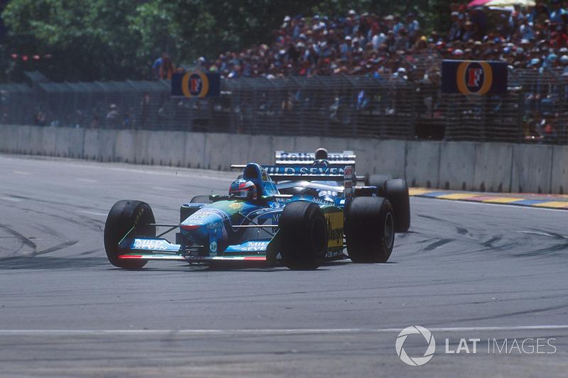 Старт: Міхаель Шумахер (Benetton B194 Ford) лідирує попереду Деймона Хілла (Williams FW16B Renault) і Найджела Менселла (Williams FW16B Renault)