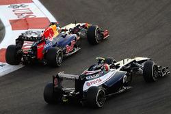 Sebastian Vettel, Red Bull Racing RB8 passeert Bruno Senna, Williams FW34