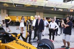 Alain Prost avec Juan Carlos, l'ancien Roi d'Espagne, près du garage Renault