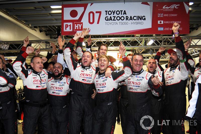 Miembros del equipo Toyota Gazoo Racing celebrando la victoria