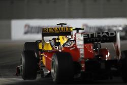 Vitaly Petrov, Renault R30, voor Fernando Alonso, Ferrari F10
