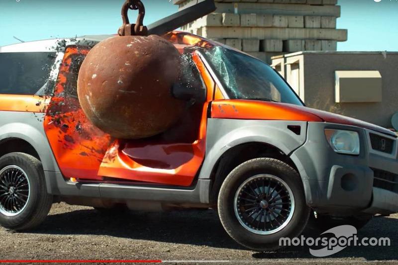 Honda Element, bola de demolición