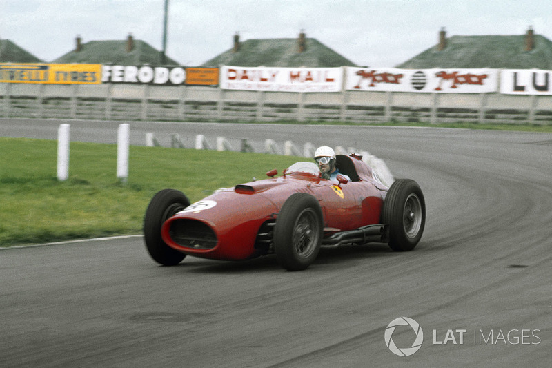 maurice trintignant au volant d 39 une lancia ferrari d50 801 partag e avec peter collins grand. Black Bedroom Furniture Sets. Home Design Ideas