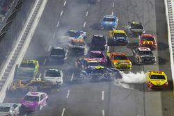 Massencrash auf der Ziellinie mit Matt Kenseth, Joe Gibbs Racing Toyota, Jimmie Johnson, Hendrick Motorsports Chevrolet
