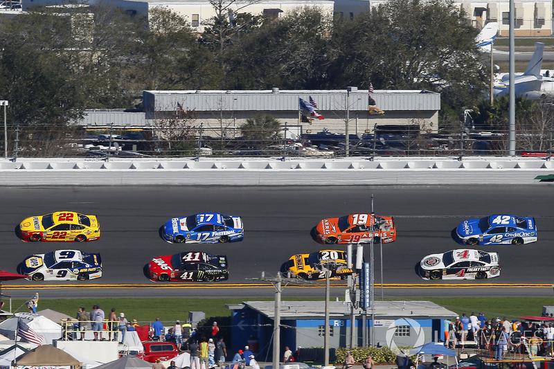 Chase Elliott, Hendrick Motorsports Chevrolet Camaro and Joey Logano, Team Penske Ford Fusion
