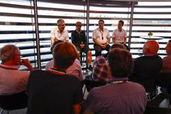 Fernando Alonso, McLaren, Zak Brown, CEO, McLaren Teknoloji Grubu, ve Stoffel Vandoorne, McLaren, basın toplantısı düzenliyorlar