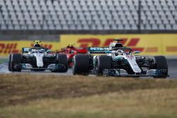 Lewis Hamilton, Mercedes AMG F1 W09, voor Valtteri Bottas, Mercedes AMG F1 W09, en Kimi Raikkonen, Ferrari SF71H