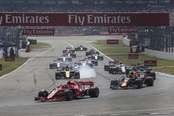 Kimi Raikkonen, Ferrari SF71H on lap one