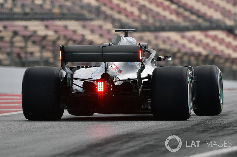 Lewis Hamilton'un Mercedes-AMG F1 W09'unun arka kanadı üzerinde lambalarla