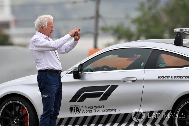 Charlie Whiting, Delegado de la FIA observa la escena del accidente de Brendon Hartley, Scuderia Toro Rosso STR13 en PL3