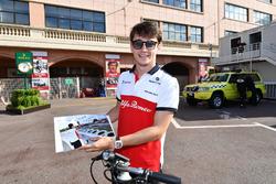 Charles Leclerc, Sauber, avec une photo dédicacée par Sebastian Vettel