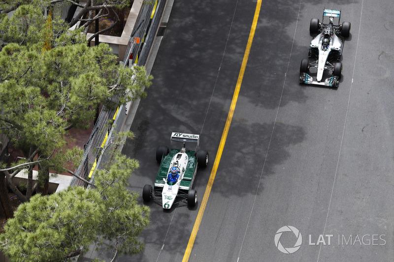 Keke Rosberg, Campione del Mondo 1982, e il figlio Nico Rosberg, Campione del Mondo 2016, fanno un giro del circuito al volante delle loro monoposto iridate