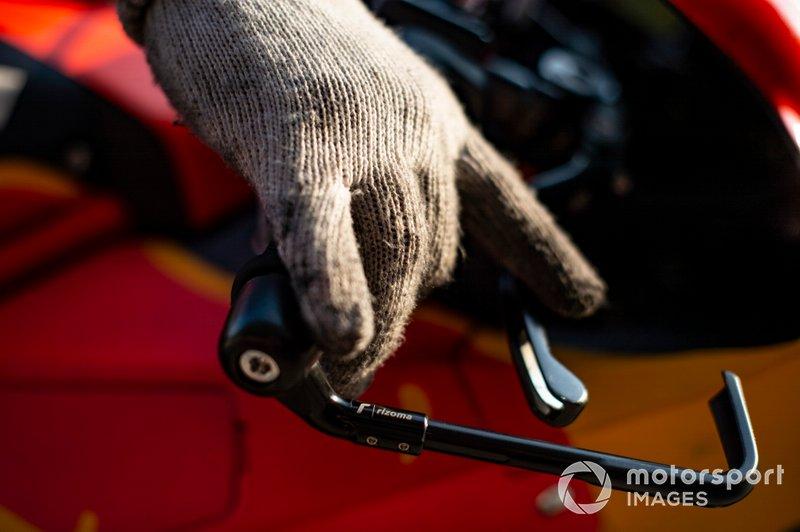 Dettaglio della mano di un meccanico KTM