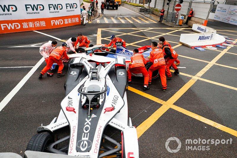 Oficiales trabajan para quitar los autos de Felipe Nasr, Dragon Racing, Penske EV-3, Pascal Wehrlein, Mahindra Racing, M5 Electro después del choque.