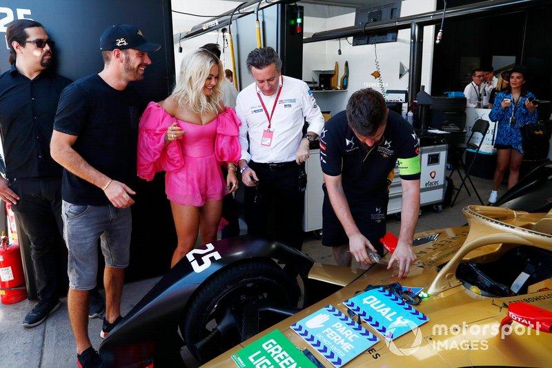 La cantante Rita Ora con Jean-Eric Vergne, DS TECHEETAH, Alejandro Agag, CEO, Formula E nel garage