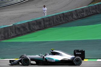 Fernando Alonso, McLaren regarde Nico Rosberg, Mercedes-Benz F1 W07