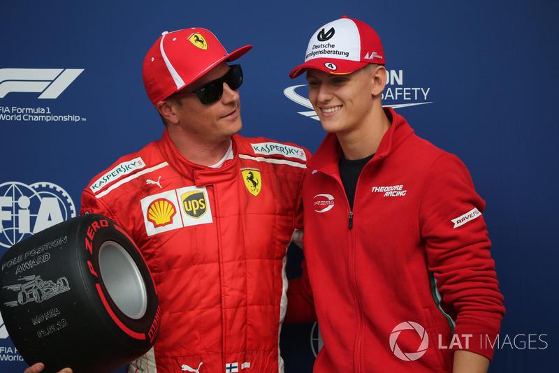 Mick Schumacher menyerahkan trofi pada Kimi Raikkonen, Ferrari