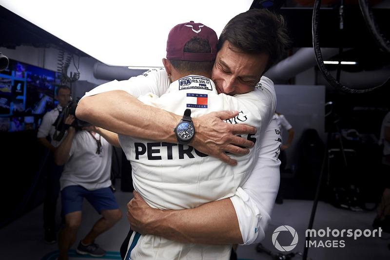 En Singapur, bajo los focos, Hamilton se acercó a la 80ª....