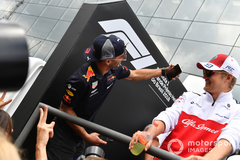 Daniel Ricciardo, Red Bull Racing, Marcus Ericsson, Sauber en el desfile de pilotos