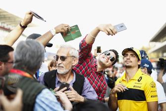 Carlos Sainz Jr., Renault Sport F1 Team, poses for a selfie with a fan