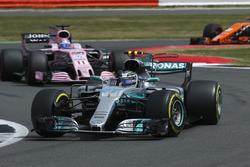 Valtteri Bottas, Mercedes AMG F1 W08, Sergio Perez, Sahara Force India F1 VJM10