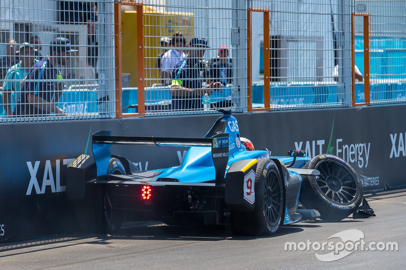 В своей второй гонке в Формуле E Гасли едва не попал на подиум. Он пересек линию финиша четвертым после того, как разбил машину в последнем повороте