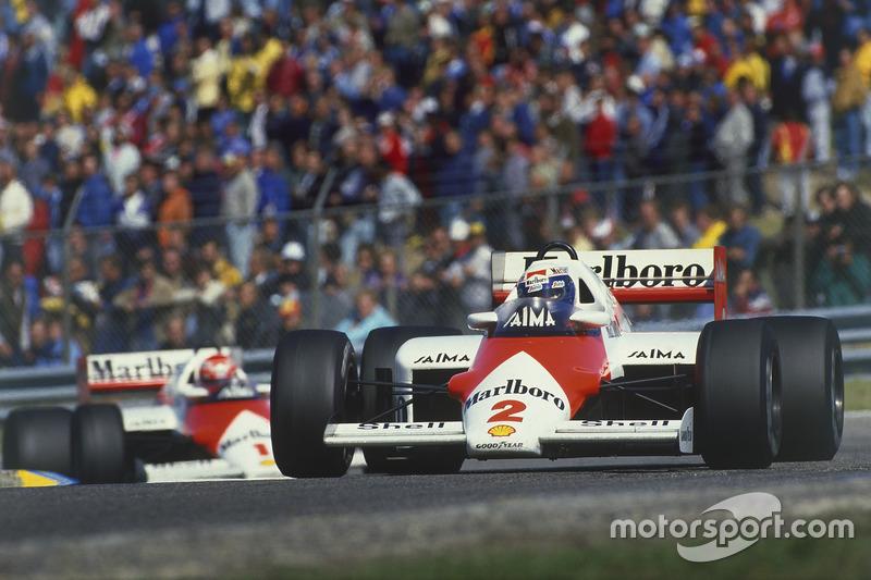 Alain Prost lidera a Niki Lauda, both McLaren MP4/2B TAG Porsche