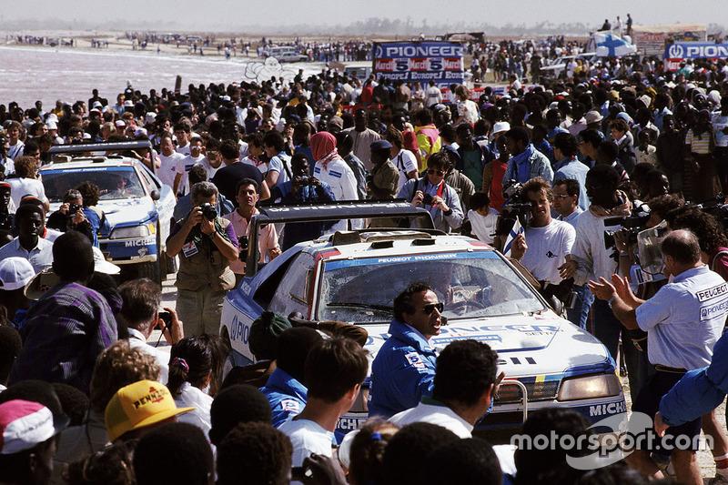 Peugeot 405 entries arrive at Dakar beach