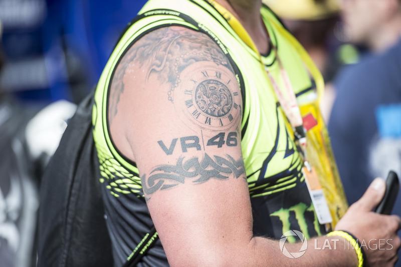 Fan von Valentino Rossi mit Tattoo