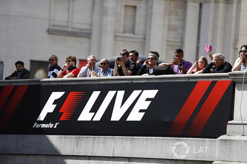 Fans menonton event