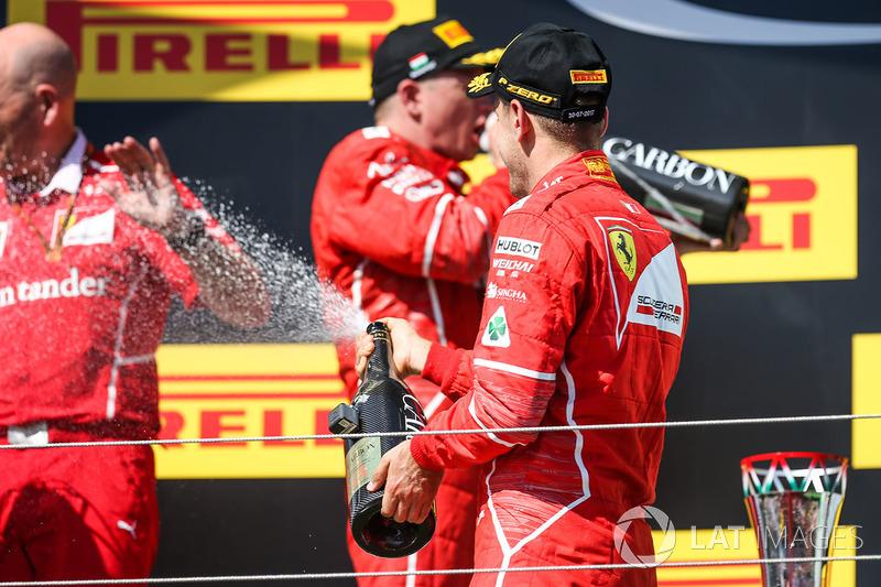Podio: ganador de la carrera Sebastian Vettel, Ferrari, segundo lugar Kimi Raikkonen, Ferrari, y Jo