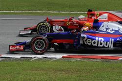 Pierre Gasly, Scuderia Toro Rosso STR12 en lutte avec Sebastian Vettel, Ferrari SF70H