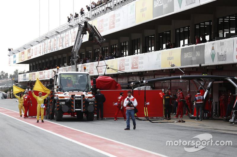 El Ferrari SF70H de Kimi Raikkonen vuelve al pitlane en una grúa