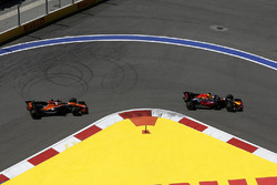 Daniel Ricciardo, Red Bull Racing RB13 and Fernando Alonso, McLaren MCL32
