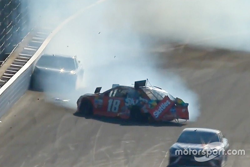 Kyle Busch, Joe Gibbs Racing Toyota, Martin Truex Jr., Furniture Row Racing Toyota choque
