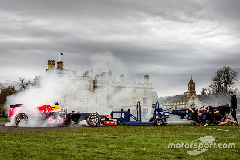 Daniel Ricciardo, Red Bull Racing, tritt gegen Rugby-Spieler an