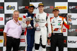 Победитель Никита Мазепин, Carlin, обладатель второго места Тарун Редди, Fortec Motorsports и финишировавший третьим Гаррисон Скотт, HHC Motorsport на подиуме после финиша гонки