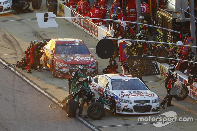 Clint Bowyer, HScott Motorsports Chevrolet, Austin Dillon, Richard Childress Racing Chevrolet, pit action