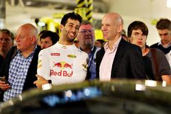 Даніель Ріккардо, Red Bull Racing спілкується з технічним директором Red Bull Racing  Едріаном Ньюі на презентаці проекту Aston Martin і Red Bull Racing AMRB 001