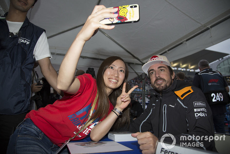 Fernando Alonso, McLaren takes a selfie with a fan